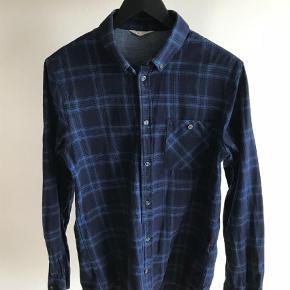 En pæn skjorte i mærket NN07/No Nationality i 100 % bomuld. Brugt men i rigtig pæn stand.Kun vasket i allergivenlig og parfumefrit vaskemiddel. Fra dyre-og røgfrit hjem. Giv et bud.  Langærmet Farve: Blå Oprindelig købspris: 700 kr.