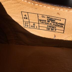 Flotte Dr. Martens sko i rigtig god stand! Modellen hedder Lorne og farven hedder Cherry Red. Str. 37/UK4. De er kun blevet brugt få gange, så de er ikke gået til endnu. Denne model sælges ikke længere i butikker. Np: 1200kr  Køber betaler forsendelse.