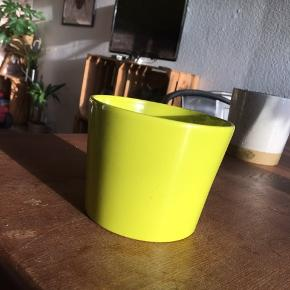 Gul/neon gul urtepotte 11cm i diameter 9-9,5cm i højden. Ingen skår eller revner. Sender ikke