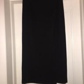 Superflot stram uld nederdel med slids i venstre ben. Behagelig at have på, med lækker indvendigt foer.