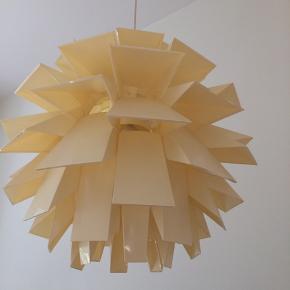 Loftslampe i æggeskals farve. Den har alle dele. Måler ca. 40x40