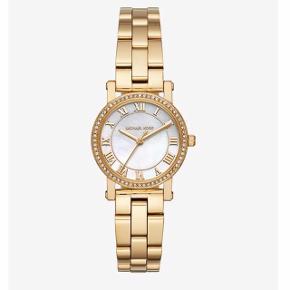 Smuk guld ur med sten og marmorskive.  Ekstra led, æske og kvittering medfølger.  Uret kan justeres gratis hos en MK butik.   Afhentes i Glostrup eller sendes (38kr) 📦 Se flere ting på min profil - følg gerne🕊