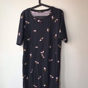 Stine Goya Edith Bees Jersey dress. 100% bomuld. Brugt men god stand, bare lidt krøllet på billedet.