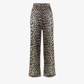 """Sælger disse yndige bukser fra Ganni.  Modellen hedder """"Dufort Silk"""" i farven """"Leopard"""", og materialet er silke. De er købt i sommeren 2017 i Ganni's flagshipstore i Kbh.  Det er en str. 34, er højtaljede, har lommer og med en lynlås i venstre side.  Bukserne er brugt 1 gang, og er derfor så gode som nye!  Nyprisen er 2299,-   Køber betaler fragt, og de udgifter der yderligere måtte være.   BUD ØNSKES!"""