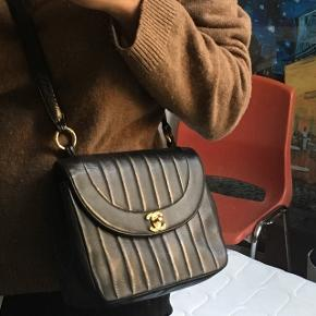 Vintage Chanel taske fra 80'erne.  Købt i Barcelona for 12.000 kr. Dyb mørkeblå, næsten sort. 🦦 Mp er 6000 kr, da den har mistet en skrue efter den har været til salg hos en secondhand.