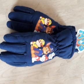 Paw patrol handsker. Ny med mærke str 6-8 år men er lidt små i det.  35 kr