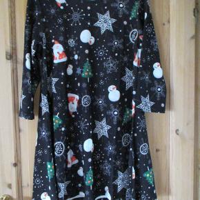 Sød julekjole af mrk Koko str 48. Stoffet er med julemænd, snemænd og snefnug. Hel længde ca 87 cm BM ca 2 x 53 cm (uden at strække i stoffet.  Se også mine flere end 100 andre annoncer med bla dame-herre-børne og fodtøj