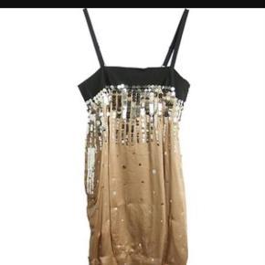 Varetype: Festkjole / kjole med pailletter /palietter , ny Farve: Sort Oprindelig købspris: 2995 kr.  Supersmuk kjole til fest  Helt ny og ubrugt   Stadig med tags, lynlås i siden   Mp 1350kr  BYD/ ingen bytte