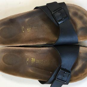 Fine sandaler - model Madrid, almindelig bredde :-)  Den indvendige længde er 25 cm, det bredeste sted er 8 cm  Bud fra kr 200 plus porto  Kan afhentes København, Østerbro  Bytter ikke