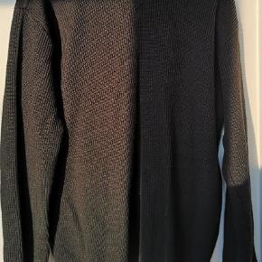 Sort Le fix sweartshirt/knitwear. 50 % uld og 50% acryl. Varm og tyk trøje.