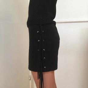 Super flot sort nederdel i imiteret ruskind str. 34 ( XS) fra H&M sælges🌸 Taljen måler 68 cm🌸 Se også mine andre spændende annoncer ☀️🌸🌿  Tags: Nederdel Sort H&M Str. XS Str. 34