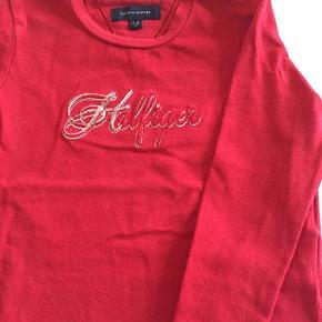 Varetype: Bluse Størrelse: 12-18 måneder Farve: Rød Oprindelig købspris: 399 kr.  Rød Tommy- Hilfiger bluse , rigtig fin stan, vasket 2 gange