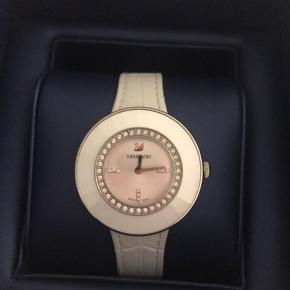 Swarovski ur med læder rem og 36 krystaller. Kun prøvet på, står som helt nyt.  Nypris: 2.300 kr Sælges til: 850 kr Kvittering haves ikke. Det har været en gave.