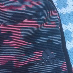 Seje Adidas bukser i bomuld sælges, i fin stand. Sejt camouflage-print. Lidt høj talje, bindebånd og sidelomner. Tre striber i siden.  Bytter ikke, men sælges for 150 kroner plus Porto.