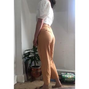 Fine habit agtige bukser i støvet orange både gode til sommer og efterår. Bukserne er brugt 1 gang. Sælges da jeg ikke får dem brugt.   #Secondchancesummer