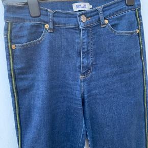 Skønne jeans. Alm talje, lommer og fryns på afslutning. Ingen pletter. God men brugt.