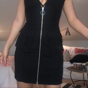 Sælger denne kjole som jeg har brugt 1 gang. Den er købt i & other stories, og er i helt fin stand.   Np:795,-