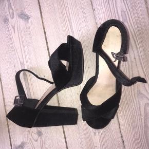 Sælger disse flotte højhælede sandaler med platform i velour. De er brugt få gange, sidst nytårsaften og er de perfekte festsko, som alligevel er gode at gå i. Sælger da jeg har for mange lignende par.