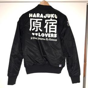 Bomber jakke fra Harajuku Lovers Brugt 2 gange, fejler intet Nypris ca. 1000 kr