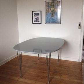Lækkert, stort spisebord i grå med sølv ben. Meget få tegn på slid.   Mål: 110 bred, 160 lang.  Der medfølger også to tillægsplader - 2x45.  Afhentes hurtigst muligt i Vanløse.  BYD☺️