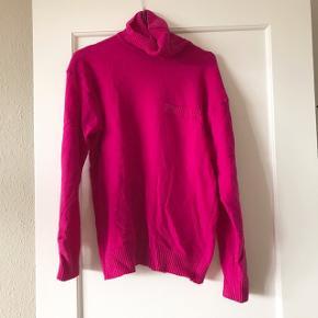 Smuk vintage sweater i fuschia 🌸 meget smuk 80'er farve. God stand, har dog et lille hul foran, som kan ses på et af billederne. Sweateren er i 100% uld 🐑 har lomme på det ene bryst.   Bemærk - afhentes ved Harald Jensens plads eller sendes med dao. Bytter ikke 🌸  🌙 Vintage retro sweater loppefund magasin Collection lyserød lilla fuschia 80'er 80er strik uld uldsweater uldstrik