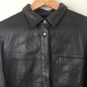 Envii x Pernille Teisbæk skjorte. Den er kun blevet brugt få gange og er derfor i rigtig god stand. Ingen defekter eller tegn på brug. Det er en størrelse 36 og er lidt oversize.   Længde: 73 cm Skulderbredde: 41 cm