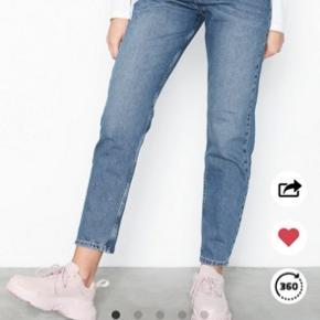 Fede jeans fra Nly. Kan desværre ikke passe dem. De er ubrugte og stadig prismærke i
