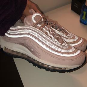 Nike sko i den fineste lyserøde farve 🌸 str. 38 men fitter 37Ny pris var omkring 180 euro (1350kr.) Købt i Italien denne sommer  Er kun blevet brugt 5-10 gange  Mindste pris 950kr. Kvittering haves  #blackfriday