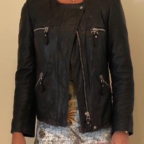 Rigtig fed læderjakke fra Isabel Marant. Den er født med variation i skindfarve for det rå look. Den er meget mørkeblå, tæt på sort.  Købspris: 5750. Kvittering medfølger