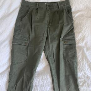 Army bukser med lommer.  Lidt løstsiddende.