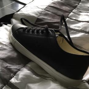 Sælger disse super fede Lyle & Scoot sko, som er meget klassiske og går til det meste tøj. De er blevet købt ét nummer for store, hvorfor jeg sælger dem. Np er 800 kr. De er som skrevet  aldrig brugt. HH 500 kr.  Skriv hvis der ønskes flere billeder.  Køber betaler fragten.