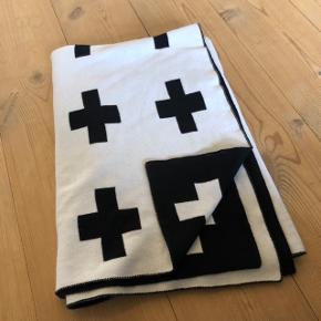 Fint lille tæppe - hvid på den ene side og sort på den anden.  Afhentes 6715 Esbjerg N (Vester Nebel)