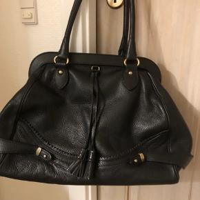 Ingen fejl eller skader. Meget smuk taske i virkelig flot stand.
