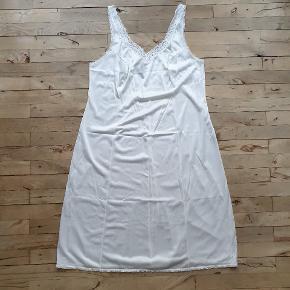 Vintage underkjole. Den er størrelse 48, men se på målene. Den måler 110 om brystet, 140 om rumpen og den er 108 lang.