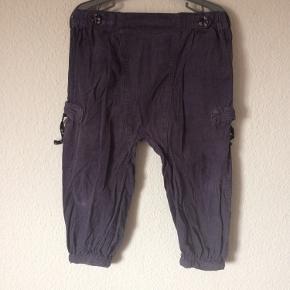 Mini a ture - fløjls bukser Str. 104 Næsten som ny Farve: grå Lavet af: 100% bomuld Køber betaler Porto!  >ER ÅBEN FOR BUD<  •Se også mine andre annoncer•  BYTTER IKKE!