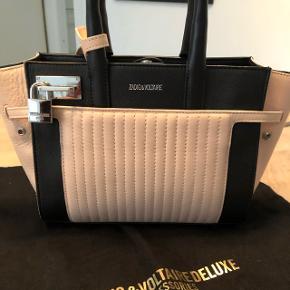 Lækker taske. Er købt i Dubai men sælges da jeg fortryder købet. Er brugt 4-5 gange og fremstår som ny. Måler 23x17x8.   Sendes kun med DAO hvis køber betaler porto.   Bytter ikke!