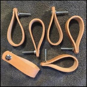 🎈nu incl skruesæt🎈  Kernelæder greb Forny køkken, skabe, skuffer, kommoder med nye læder håndtag.  Laves i 4 læder farver:  Natur Sort Cognac Mørke brun (se billede)  16 mm bred Længde, når de er foldede ca 7,5 cm.  Prisen er pr stk. og MED skruesæt  i metal. Vælg Enter 20, 25 eller 30 mm skruesæt.