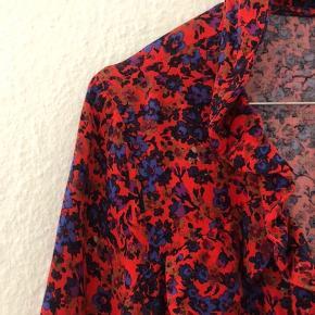 Fin sommerkjole fra H&M med flotte røde og lilla blomster. Passer en small