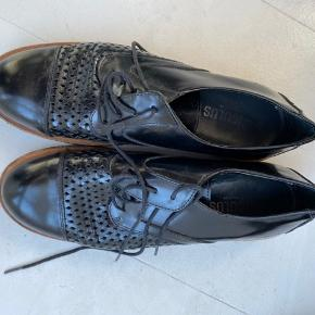 De fineste sko fra Angulus str. 37. Brugt max fem gange, så fremstår i fineste stand. Nypris 1100 kr. Sælges for 200 kr. plus evt. porto. Sender gerne.