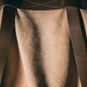 Brand: Zara Man ruskindstaske Varetype: Taske Størrelse: Alm Farve: Beige/brun Oprindelig købspris: 600 kr. Prisen angivet er inklusiv forsendelse.