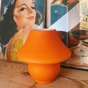 Smuk og funky Mushroom lampe fra dansk glas design. Glasset er mat orange. Den er 14 cm høj. I fin stand✨
