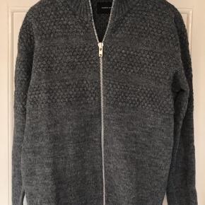 Strik cardigan / sweater med lynlås. Modellen hedder 'Ivan zip' i designet 'Seaman knit'. 50% uld og 50% acryl. Brystvidde: 58 cm. X 2 uden at strække stoffet. Længde: 72 cm.