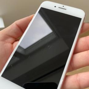 Rosaguld iPhone 7, 32 GB, m. hvid front sælges, 2 år gammel. Har passet utrolig godt på den. Virker som den skal og har aldrig fejlet noget. Batteriet skal dog selvfølgelig lades en del oftere end de nyere iPhones.   Alle originale dele sidder på. Kun overfladiske ridser, ingen dybe. Lidt ridser (som alt sammen kan ses på billederne) i hjørnerne mm. da der har siddet lidt skidt i coveret, som så har ridset. Den har altid haft cover på, og dette kan følge med hvis man ønsker.   Der medfølger ikke oplader, headset mm.    Kun seriøse henvendelser, tak :-)