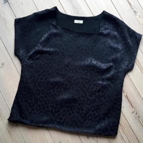 Varetype: leopard top Farve: sort Oprindelig købspris: 600 kr.  Fin stand, bytter ikke