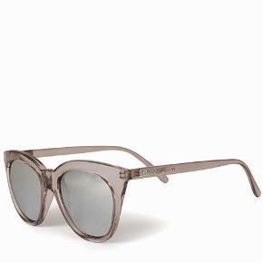 Fine solbriller fra Le Specs med spejlglas i sølv. Kun brugt få gange