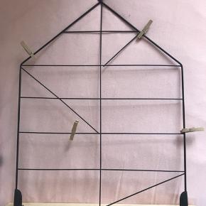 Opslagstavle til billeder, noter, invitationer osv. 4 træklemmer medfølger. Kan stå eller hænges op på væggen.