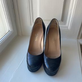 Chanel stiletter i rigtig pæn stand, en smule slid på det nederste af hælene grundet læder. Men overordnet pæn.