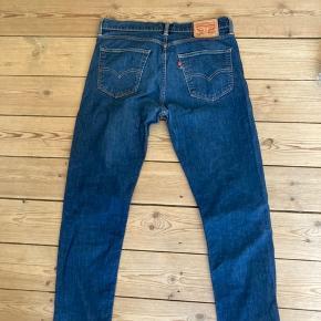 Super fine bukser fra Levi's sælges.  De er størrelse W34 og svarere til en L30 (de er lagt op og derfor ikke 32 længere)
