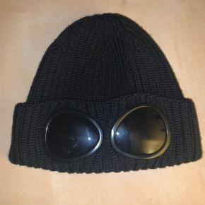 CP Company goggle beanie, brugt meget få gange. Har dsv intet OG.  #30dayssellout