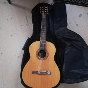 Rigtig fin spansk begynderguitar. Dog ikke spillet særlig meget på. Taske til guitaren medfølger. Byd! ✨